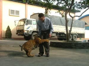 Phạm Ngọc Tiến và diễn viên hổ