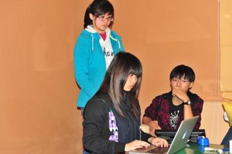 Ba bạn trẻ Hà My (đứng) Linh và Hoàng ở buổi tổng kết ( ảnh của gia đình Linh)
